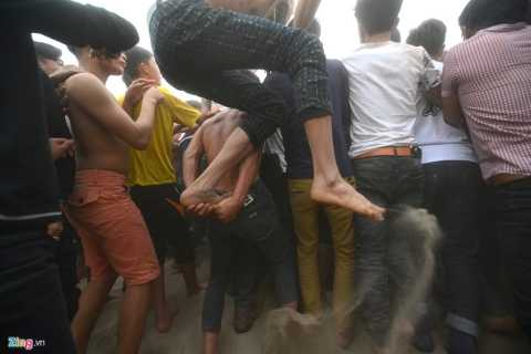 Các thanh niên hỗ trợ, công kênh nhau nhảy vào chính giữa vòng vây.