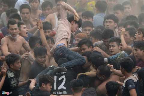 Một số thanh niên còn đấm túi bụi vào những người phía dưới đang giữ quả phết.