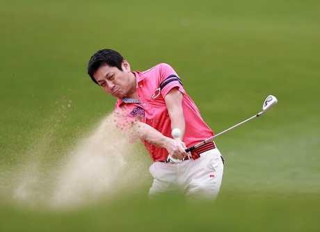 Một golfer nam đưa bóng khoát khỏi bẫy cát