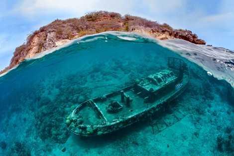 Tác phẩm chụp một con tàu đắm nằm vùi dưới mặt nước của tác giả Thomas Heckmann