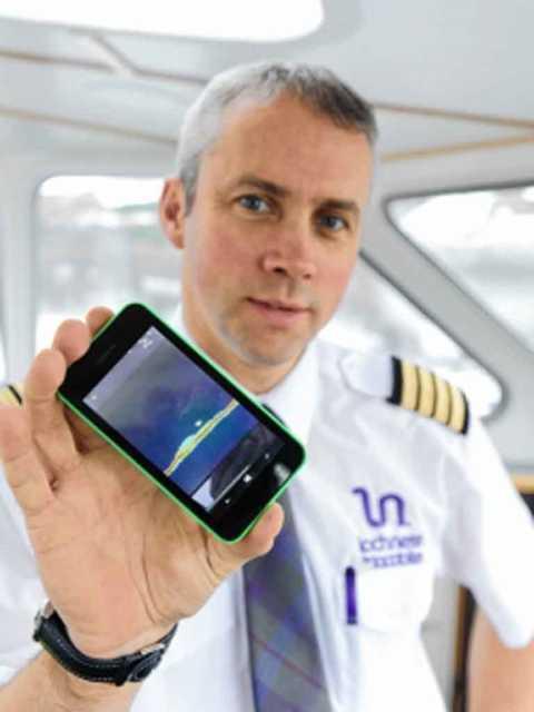 """Thuyền trưởng Keith Stewart và ảnh trên điện thoại chụp """"vật thể lạ"""" ở đáy hồ - Ảnh: Highland-news.co.uk"""