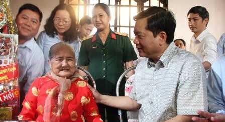 Bí thư Đinh La Thăng thăm nhà Mẹ Việt Nam Anh hùng Nguyễn Thị Em