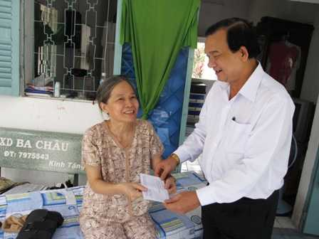 Bí thư huyện ủy Củ Chi Lê Minh Tấn trong lần thăm hỏi, tặng quà cho cán bộ hưu trí