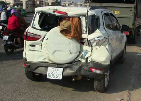 Chiếc ô tô bị húc văng 20m, nát bươm phần đuôi xe.