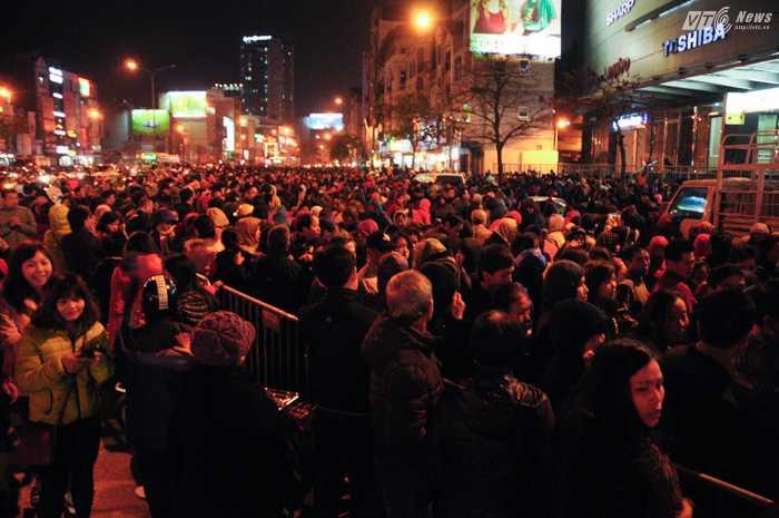 Hàng ngàn người dân tham gia lễ cầu an của Tổ đình Phúc Khánh tối 21/2 - Ảnh: Tùng Đinh