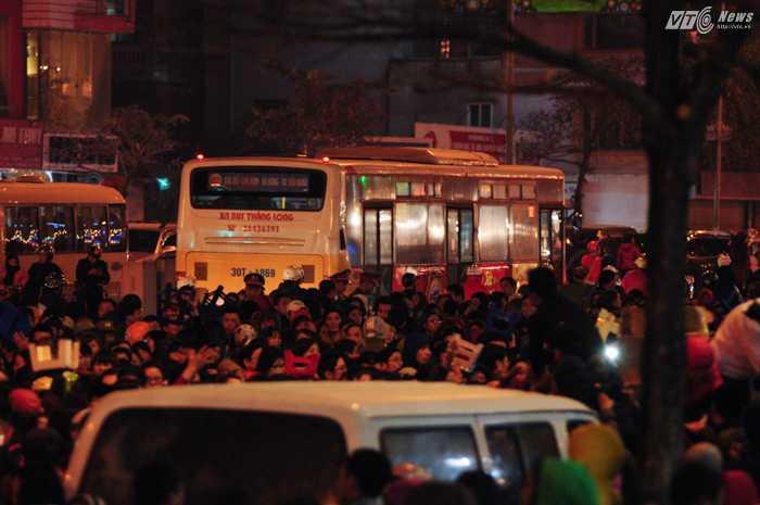 Các phương tiện được hướng dẫn di chuyển xuyên qua khu vực làm lễ cầu an - Ảnh: Tùng Đinh
