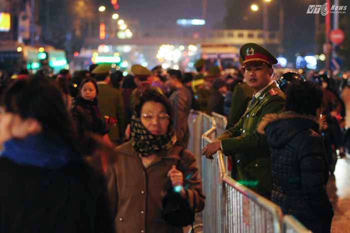 Lực lượng chức năng điều phối giao thông và giữ gìn trật tự - Ảnh: Tùng Đinh