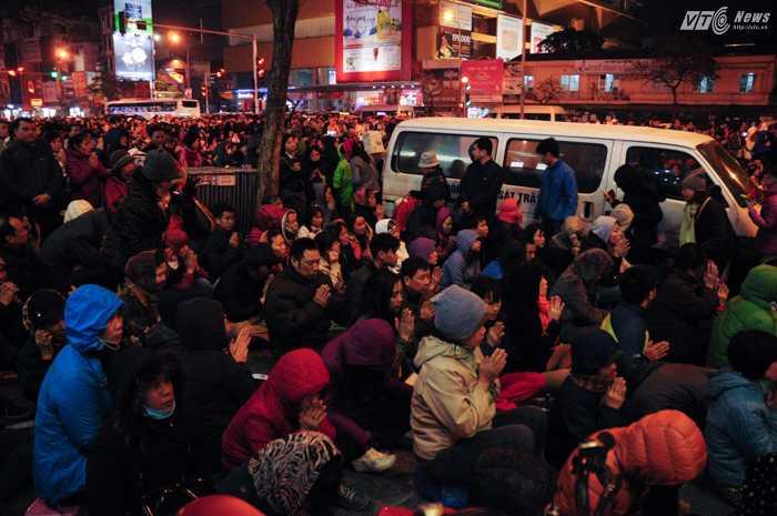 Ước tính có hàng ngàn người tham gia lễ cầu an tối 21/2 ở Tổ đình Phúc Khánh, Hà Nội - Ảnh: Tùng Đinh