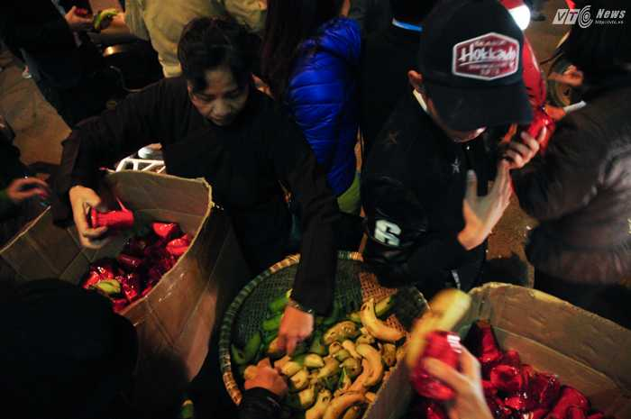 Các điểm phát lộc nằm rải rác trên đường Tây Sơn, Hà Nội - Ảnh: Tùng Đinh