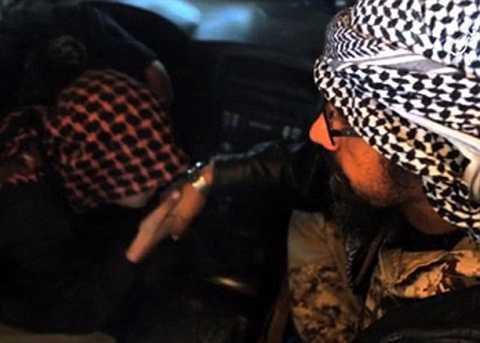 Abu Imara al-ri hôn tạm biệt cha trước khi thữ hiện nhiệm vụ