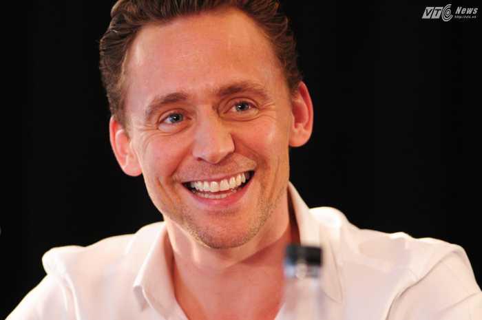 Tom Hiddleston tươi cười trong buổi họp báo - Ảnh: Tùng Đinh