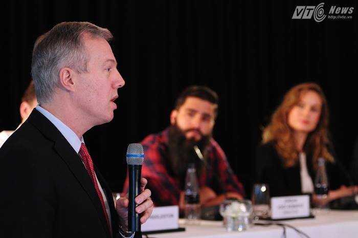 Đại sứ Mỹ Ted Osius chia sẻ trong buổi họp báo.- Ảnh: Tùng Đinh.