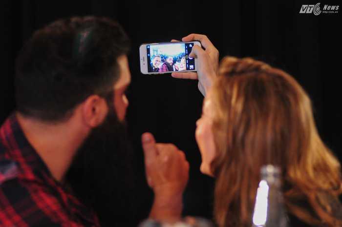 Nữ diễn viên Brie Larson chụp ảnh selfie cùng đạo diễn - Ảnh: Tùng Đinh