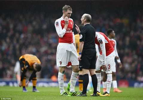 Arsenal vừa bị Hull City cầm chân tối qua và phải đá lại