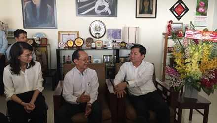 Cuộc trò thuyện thân tình giữa Bí thư Đinh La Thăng và GS. Trần Đông A (giữa). Ảnh Quốc Ngọc