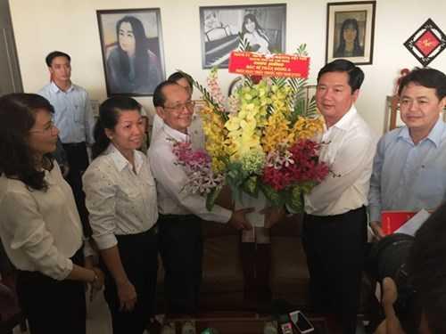 Ông Đinh La Thăng thăm hỏi, tặng hoa và quà cho Giáo sư Trần Đông A nhân dịp Ngày Thầy thuốc Việt Nam 27/2 sắp tới. Ảnh: Quốc Ngọc