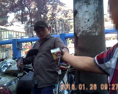 Thanh niên trên đường Nguyễn Văn Chiêm thu 20.000 đồng giữ ô tô ngày 26/1/2016