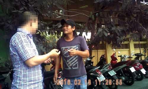 Tiến thu 30.000 đồng giữ ô tô trên đường Nguyễn Văn Chiêm vào ngày 18/2/2016 - Ảnh: Nguyên Đức