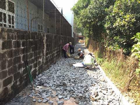 Công nhân tích cực đổ đá làm đường, dự kiến hoàn thành trong 5 ngày