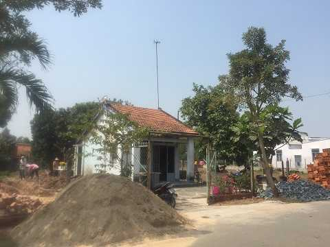 Vật tư, đất đá, gạch ngói tập kết tại khuôn viên nhà mẹ Oanh