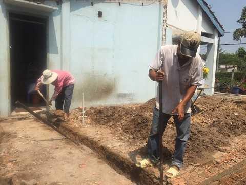 Công nhân đào móng xây nhà mới cạnh căn nhà cũ xây từ năm 1992