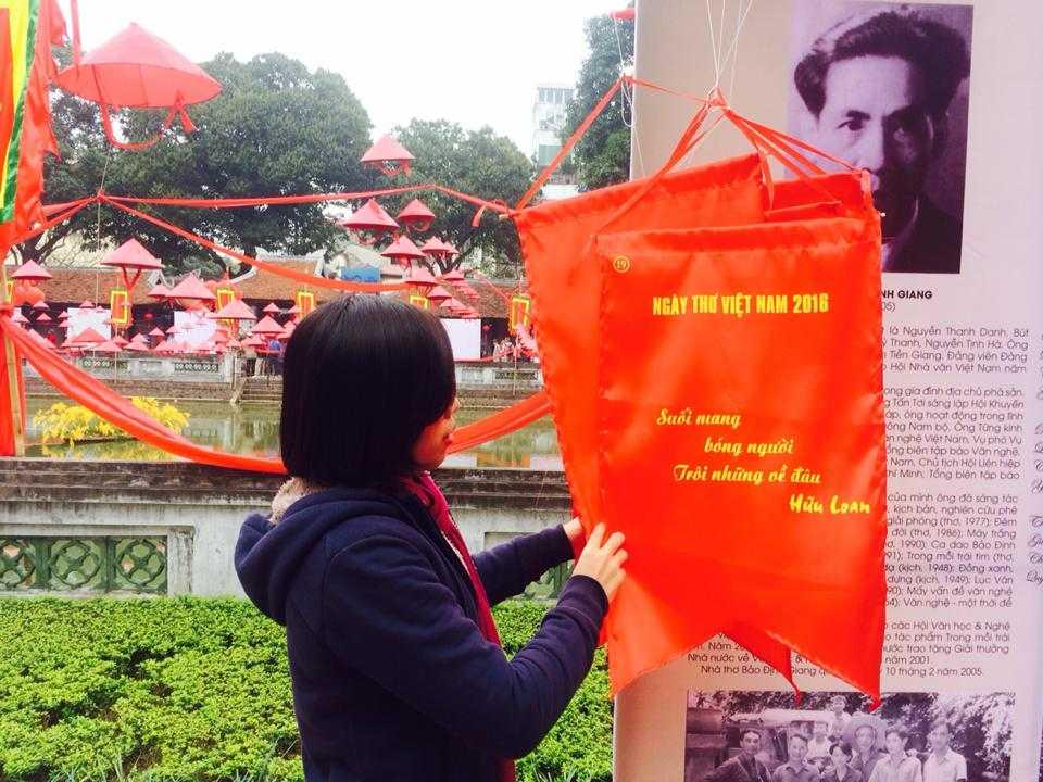 Những người yêu  thơ đến Văn Miếu trong Ngày thơ Việt Nam 2016.