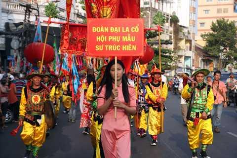 Từ đầu giờ chiều ngày 22/2, hàng ngàn người dân đổ về các tuyến đường gần khu vực Chợ Lớn nơi sinh sống của phần lớn cộng đồng người Hoa tại TP.HCM để tham gia Lễ hội mừng Tết Nguyên tiêu.
