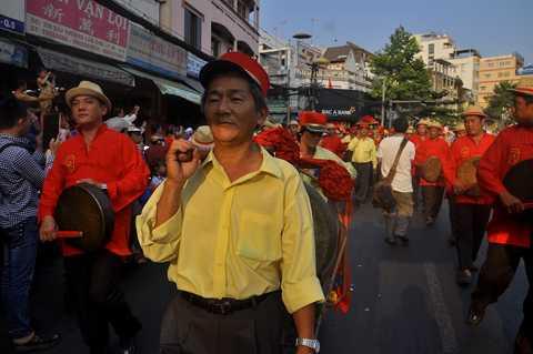 Lễ hội diễu hành qua các tuyến đường: Hải Thượng Lãn Ông - Châu Văn Liêm - Lão Tử - Lương Nhữ Học - Nguyễn Trãi - Trần Xuân Hòa nơi tập trung rất đông người Hoa sinh sống.
