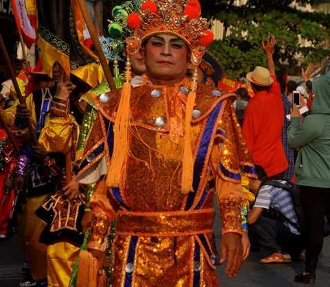 Những nét văn hóa truyền thống đặc sắc của người Hoa như Kinh kịch, múa lân sư rồng, đi cà kheo được trình diễn suốt cuộc diễu hành.