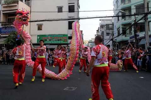 Biểu diễn múa lân sư rồng múa và di chuyển qua từng con phố
