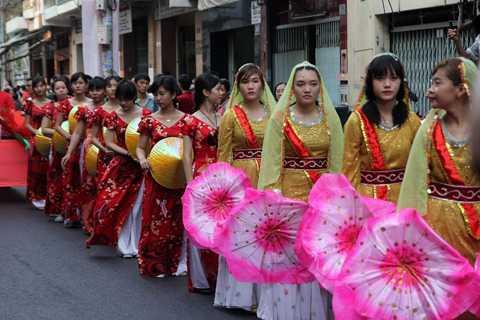 Những cô gái rực rỡ trong những bộ trang phục truyền thống của người Hoa.