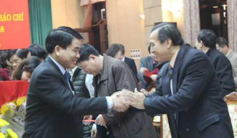 Chủ tịch Hà Nội Nguyễn Đức Chung bắt tay các nhà báo.