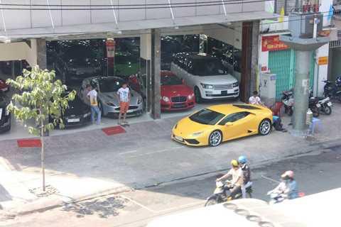 Những ngày gần đây, người yêu xe đi qua   một showroom tại Sài Gòn sẽ có dịp được chứng kiến bộ 3 siêu xe biển đẹp   với 4 số cuối