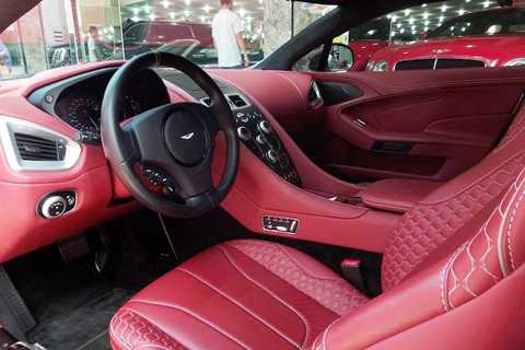 Đây là chiếc siêu xe Aston Martin   Vanquish thế hệ thứ 2 đầu tiên được nhập về Việt Nam. Được sản xuất từ   2001-2007, thế hệ Vanquish đầu tiên nổi tiếng với vai trò là xe của điệp   viên James Bond trong phần phim Die Another Day. Tuy nhiên phải tới năm   2012, Vanquish thế hệ II mới được ra mắt để thay thế cho DBS trước đó.