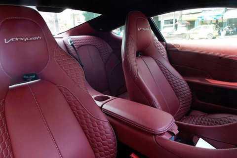 Là một mẫu xe du lịch sang trọng   (GT), nội thất của Vanquish xa hoa và lộng lẫy với phần lớn những bề mặt   bọc da màu đỏ cao cấp, kết hợp với những chi tiết sợi carbon óng ánh   dưới nắng. Một số chi tiết nội thất của Vanquish còn lấy cảm hứng từ   siêu xe hàng đầu One-77 của Aston.