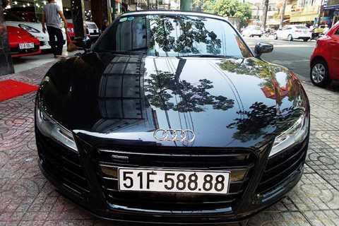Trong đó, chiếc siêu xe mui trần biển   đẹp Audi R8 Spyder V10 5.2 đời 2014 đầu tiên tại Việt Nam có giá
