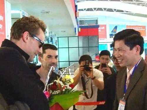 Ông Hồ An Phong - Giám đốc Sở Văn hóa Thể   thao và Du lịch tỉnh Quảng Bình (phải) đón tiếp đoàn làm phim King Kong   sáng nay. Ảnh: NVCC