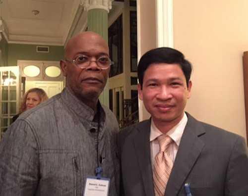 Ông Hồ An Phong chụp ảnh cùng nam diễn viên Samuel L. Jackson. Ảnh: NVCC