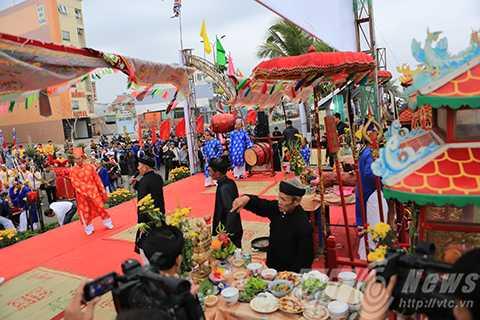 Hàng ngàn người dân và du khách đến tham dự lễ hội