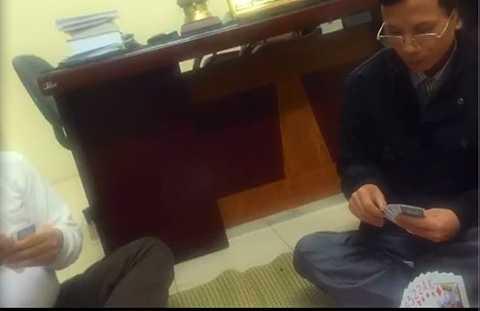 4 cán bộ, chiến sỹ công an đánh bài trong phòng làm việc Công an phường Trần Phú (TP Hải Dương) - Ảnh cắt từ clip