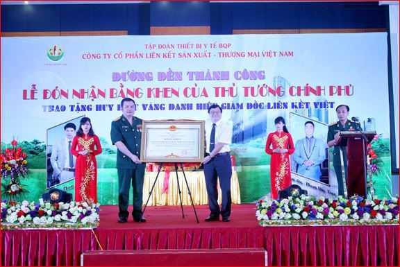 Công ty Liên kết Việt còn làm giả bằng khen của Thủ tướng Chính phủ và tự trao tặng cho mình nhằm tăng uy tín trong mắt của người dân