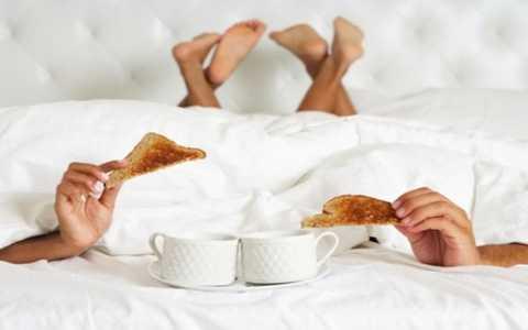Ăn thực phẩm cay hay uống quá nhiều trước khi xung trận sẽ gây ra một số tác hại cho sức khỏe. Ảnh minh họa