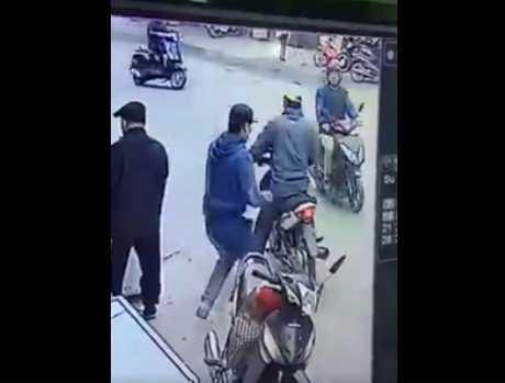 Gã đàn ông vào hỏi mua điện thoại rồi cầm luôn 2 chiếc Iphone chạy mất (Ảnh cắt từ clip)