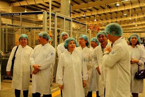 Bà Mai Kiều Liên - Tổng Giám Đốc Vinamilk đưa đoàn tham tán thương mại, công sứ Việt Nam tại các nước tham quan Nhà máy của Vinamilk