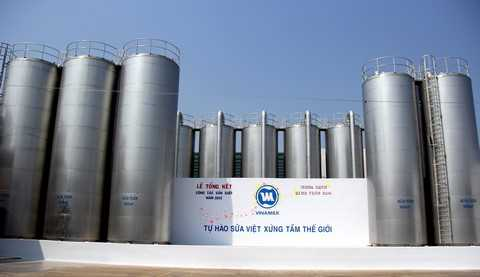 Sữa tươi sau khi được kiểm tra chất lượng và qua thiết bị đo lường, lọc sẽ được nhập vào hệ thống bồn chứa sữa lạnh hiện đại tại Nhà máy Vinamilk