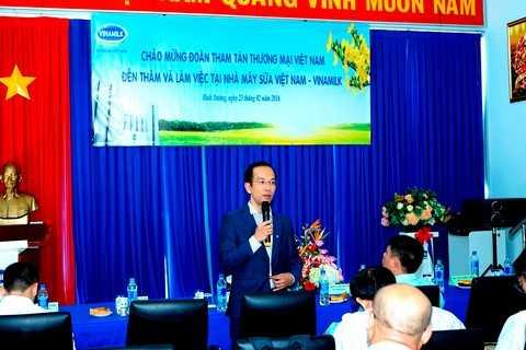 Ông Mai Hoài Anh – Giám Đốc Điều Hành Hoạt động Vinamilk chia sẻ và giải đáp các thông tin với đoàn tham tán thương mại, công sứ Việt Nam tại các nước đến tham quan Nhà máy của Vinamilk