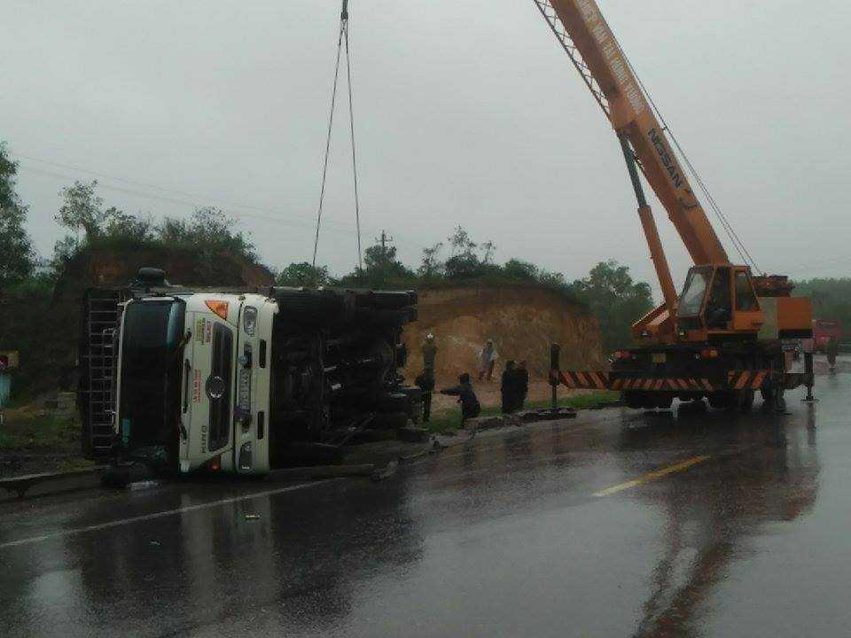 Chiếc xe tải bị lật ngửa bụng trên Quốc lộ 1A.