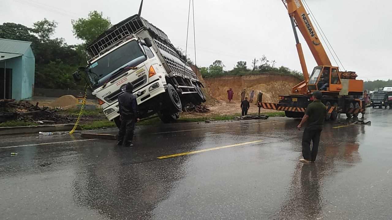 Phải rất khó khăn lực lượng chức năng mới 'giải cứu' được chiếc xe tải bị lật.