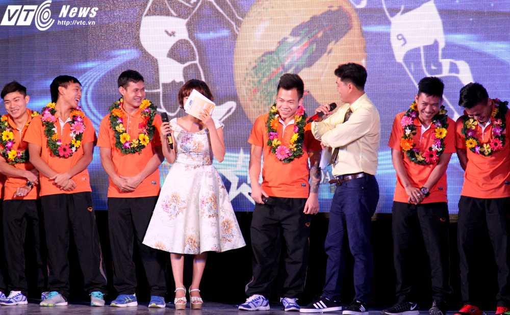 Phần trả lời hồn nhiên của thủ môn Văn Huy khiến cả khán phòng cười vang (Ảnh: Hoàng Tùng)