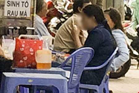 Gái ngoại dâm trang điểm ngay ngoài đường - Ảnh: Hoàng Giang